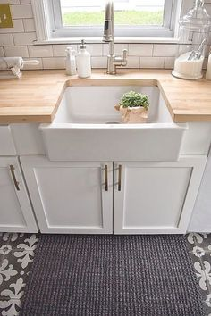 Love the farmhouse sink,