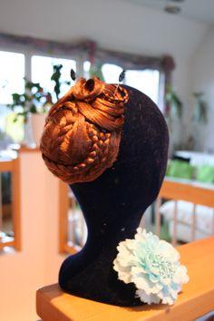romantischer Haarknoten!! Beanie, Hats, Fashion, Ballroom Hair, Bun Hairstyles, Moda, Hat, Fashion Styles, Beanies