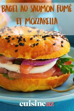 Le bagel au saumon fumé et mozzarella peut se manger à la maison ou être emporté au travail. #recette #cuisine #bagel #saumon #saumonfume #mozzarella #sandwich Pain Bagel, Mozzarella, Hamburgers, Salmon Burgers, Hot Dogs, Food Ideas, Cooking, Ethnic Recipes, Smoked Salmon