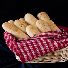 With basic pantry ingredients, you can serve these fluffy soft Olive Garden Breadsticks fresh out of your own oven. Homemade bread is yours. Crusty French Bread Recipe, Olive Garden Breadsticks, Garlic Breadsticks, Southern Buttermilk Biscuits, Recipe Icon, Steamed Buns, Olive Gardens, Dinner Rolls, Bread Recipes