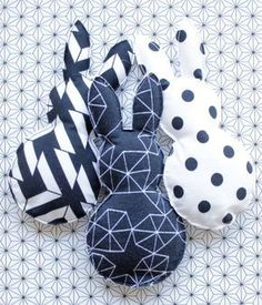 Something is wrong with Hasi . Easter decorations with a difference! Something is wrong with Hasi … Easter decorations with a difference! Hoppy Easter, Easter Bunny, Easter Eggs, Decoration Chic, Basket Decoration, Home Decor Baskets, Diy Bebe, Diy Ostern, Creation Couture