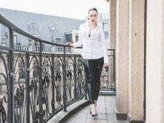 Glänzende Hose und Seidensticker Bluse – Christian Louboutin So Kate Pumps