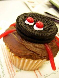 Halloween Baby Shower Food Spider Halloween Cupcakes #halloween #food #cupcake www.loveitsomuch.com