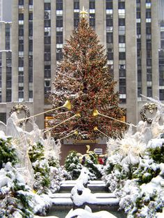 Rockefeller Center, New York at Christmas. Would love to see New York at Christmas time! New York Christmas, Merry Christmas, Christmas Love, Christmas Lights, Christmas Trees, Magical Christmas, Modern Christmas, Christmas Pictures, Winter Christmas