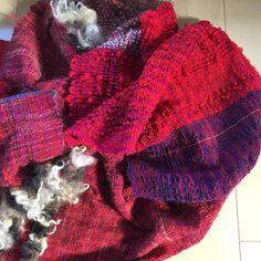 糸や布に触れる日々の幸せ。 トントン、カタカタ、チクチク、、、 心地よいリズム。  #さをり #さをり織り #SAORI #手織り #Weaving #saoriweaving #handwoven #woven #fashion #wool #ウール #textile