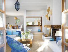 Madera natural + azul + blanco= estilo mediterráneo. Cuqui González - Interiorismo y Decoración.