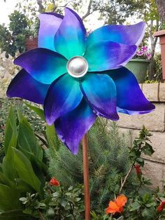 Garden & yard art is a great way to add focus and interest in the garden. Create DIY garden decor for your garden, using these ideas for inspiration! Garden Crafts, Diy Garden Decor, Garden Projects, Garden Decorations, Garden Ideas, Garden Inspiration, Design Inspiration, Garden Wind Spinners, Diy Spinners