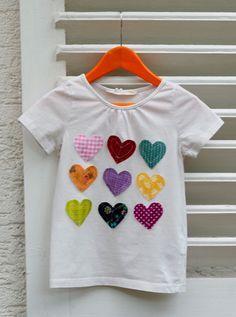T-Shirt mit aufgenähten Herzen
