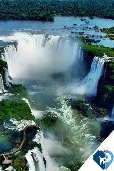 """Las Cataratas del Iguazú, en el Río Iguazú, están entre las más grandes CATARATAS DEL MUNDO. Ellas pasan por más de 2.700 m (casi 2 millas) en formato semicircular. De las 275 caídas que forman las Cataratas del Iguazú, la """"Garganta del Diablo"""" es la más alta, con 80 metros. Las Cataratas del Iguazú están ubicadas en la frontera del estado brasileño de Paraná con la provincia Argentina de Misiones, cercadas por los Parques Nacionales."""