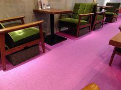 チンクエチェント - (ෆ◕◡◕ෆ)。+ ✿゚床一面がバイオレットピンクでめっちゃ可愛い&椅子は渋いブリーン&黒ソファの座り心地にも高い評価のカリモク60Kチェアで統一されオシャレすぎ♬('13.01.07より)