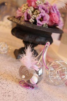 Goutte plexi thème bonheur et plumes, spirale en fil metal et decoration metal et plume. Pour un mariage romantique et moderne à la fois !