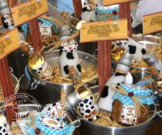 Aconteceu neste fim de semana a Festa da Fazendinha. Muita expectativa, preparação e carinho para a comemoração de 1 aninho do Vítor (fofo d...