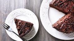 This vegan avocado chocolate cake is a staple. The avocados make it dense and creamy and leave the chocolate rich and decadent. It& easy, too! Famous Chocolate, Chocolate Day, Tasty Chocolate Cake, Crazy Cakes, Healthy Deserts, Healthy Eating Recipes, Brownies From Scratch, Zucchini Cake, Fudgy Brownies