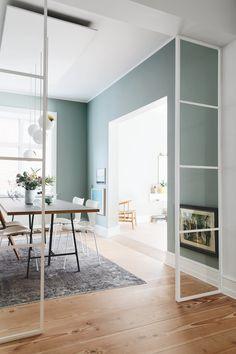 """""""Vi prøver lidt at være på forkant og tænke nyt"""" Da Hans og Alis overtog lejligheden på Frederiksberg valgte de (som få) at gøre stuen mindre."""
