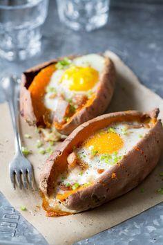 Wist je dat zoete aardappels nóg lekkerder worden wanneer je ze eerst langzaam roostert in de oven, en vervolgens vult met spek, een ei en wat verse kruiden? Nee? Neem het maar van mij aan en probeer dit eens  Ikzelf kan een zoete aardappel namelijk echt wel waarderen. Lekker smeuïg, zoet van smaak, maar ook heel geschikt voor hartige ... Read More