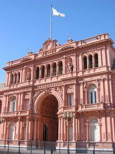 La Casa Rosada es similar a la casa blanca de los Estados Unidos. La casa rosada esta en Buenos Aires, la capital de Argentina. - CJ & MA