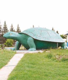 Ernie the Turtle Statue: Turtleford, Saskatchewan, Canada - Ernie the Turtle was created by Don Foulds, who has built other roadside attractions in Canada. Learn about this statue only at HowStuffWorks. Places To Travel, Places To Visit, Vancouver, Saskatchewan Canada, Photography Tips, Street Photography, Landscape Photography, Portrait Photography, Nature Photography
