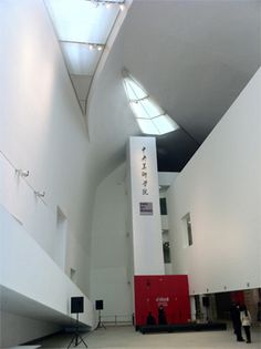 中央美術学院美術館内部のエントランスホール。建築家・磯崎新による設計で2008年に完成。 【Casa BRUTUS編集長 松原亨】 lexus.jp/... ※掲載写真の権利及び管理責任は各編集部にあります。LEXUS pinterestに投稿されたコメントは、LEXUSの基準により取り下げる場合があります。