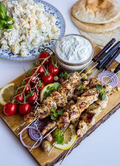 Souvlaki- Grekiska kycklingspett - ZEINAS KITCHEN Grilling Recipes, Wine Recipes, Vegan Recipes, Cooking Recipes, Vegan Food, Food N, Good Food, Food And Drink, Yummy Food