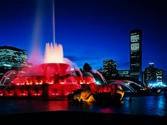 Buckingham Fountain in Chicago. One of my favorite places. Oh The Places You'll Go, Great Places, Chicago At Night, Buckingham Fountain, Buckingham Palace, Milwaukee City, Chicago Travel, Chicago Trip, Visit Chicago