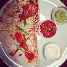 Gözlemenin Meksikalı Hali; #Quesadilla  Sour Cream, Salsa ve Avokado Sos ile yiyerek kendinizden geçiniz