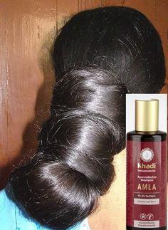 Shampoo ayurvedico all'amla Khadi. Mantiene il cuoio capelluto fresco, stimola la crescita dei capelli e ne contrasta la caduta. Grazie all'amla, all'olio essenziale di ylang ylang e alle proteine del grano, rinforza i capelli fini rendendoli corposi e lucenti. Ideale anche per lavaggi frequenti.
