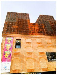 Fundación Caixa-Fórum edificio con el rótulo que anuncia una exposición de Andy Warhol  Caixa-Forum Foundation building with the sign announcing an exhibition by Andy Warhol