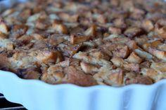 Ingredienser: 200 g blødt smør (jeg smeltede det) 3 dl. sukker, ca. 250 g 1 vaniljestang 4 æg 1 dl mælk 4½ dl hvedemel, ca. 275 g 1 tsk bagepulver 1 tsk vaniljesukker 500 gram æbler i skiver (mine havde været frosset) 250 gram brun farin Yummy Cakes, Banana Bread, Muffin, Breakfast, Recipes, Posts, Brown, Morning Coffee, Muffins