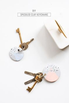 The cutest DIY speckled keychain tutorial to give your keys a colorful makeover l Schlüsselanhänger selber machen manualidades llaveros Speckled DIY Clay Keychains - Sugar & Cloth Diy Décoration, Easy Diy, Clay Keychain, Keychain Ideas, Diy Keyring, Cool Keychains, Bijoux Diy, Cute Diys, Diy Christmas Gifts