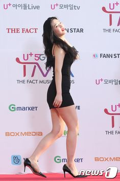 190424 Red Velvet at The Fact Music Awards red carpet (Press Photos) Red Velvet Joy, Red Velvet Irene, Sexy Asian Girls, Beautiful Asian Girls, Beautiful Legs, Joy Rv, Girls In Mini Skirts, Red Pictures, Look Girl