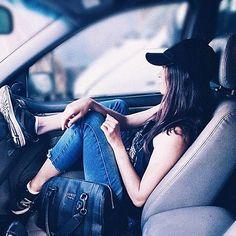 Foto tumblr no carro. Instagram: @brunaangelli Girl Photo Shoots, Girl Photo Poses, Picture Poses, Girl Photos, Autumn Photography, Car Photography, Fashion Photography, Car Poses, Tumblr Fashion