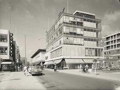 Schoenenmagezijn huf op de hoek waar ze ook voor de bombardment zaten hoogstraat-westerwagenstraat 1954