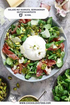 Waan je nog even in zomerse sferen met deze super lekkere Italiaanse salade van veldsla, pesto, burrata en serranoham. Binnen 10 minuten op tafel, viva Italia! #saladerecepten #pesto #burrata #serranoham #lekkererecepten #snellerecepten I Love Food, Good Food, Salad Recipes, Healthy Recipes, Superfood Salad, Party Food And Drinks, Italian Recipes, Food Inspiration, Healthy Eating