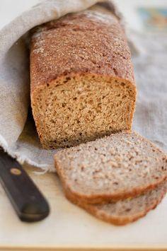 le pain intégral, bio, au levain naturel. Le fait qu'il soit intégral, donc riche en fibres qui abaissent l'indice glycémique, est déjà une bonne chose. Mais le levain naturel agit lui aussi pour modérer l'indice glycémique du pain. Un b