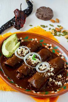 Mole Enchiladas Recipe, Mole Poblano Recipe, Enchiladas Vegetarianas, Vegan Mexican Recipes, Mexican Cooking, Vegetarian Mole Recipe, Vegan Recipes, Vegan Food, Chocolate Mole Recipe