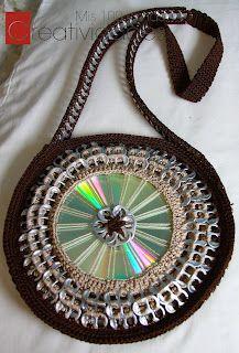 gehäkelte Handtasche mit CD und Kaffeekapseln