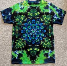 Post with 218 votes and 15004 views. Tagged with diy, tiedye, tiedye, tiedyemandala; Shared by psydye. Tie-DIY - How to fold and dye a mandala t-shirt Diy Tie Dye Shirts, Dye T Shirt, Diy Shirt, How To Tie Dye, How To Dye Fabric, Dyeing Fabric, Tie Dye Folding Techniques, Fabric Dyeing Techniques, Tie Dye Tutorial