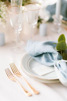 Table by Momento Mio for a blue wedding inspiration Blue Wedding, Wedding Table, Fine Art Wedding Photography, Wedding Photoshoot, Wedding Inspiration, Table Decorations, Tableware, Weddings, Red