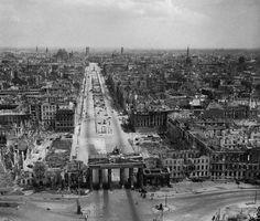 Berlín al final de la Guerra de 1945. Este era el paisaje de la plaza de Brandenburgo y sus alrededores después de los bombardeos sufridos durante la guerra.