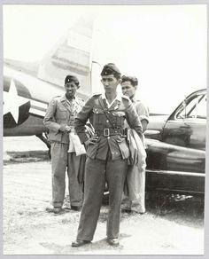 Soerabaja. De Republikeinse Gen. Maj. Djatikoesomo, bevelhebber van de 5e Div. T.N.I. voor besprekingen over de bestandsovereenkomst te Soerabaja. Hier op het vliegveld Morokrembangan voor het hem door de C.G.D. ter beschikking gestelde Amerikaanse legervliegtuig, dat hem terug bracht naar Djocja.  1948