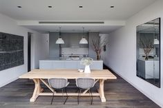 North Sydney House by Tania Hendelsmann Kitchen Dining, Dining Table, Dining Area, Beige Kitchen, Kitchen Tiles, Dining Room, Mcm House, Kitchen Designs Photos, Cocinas Kitchen