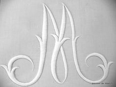 LINGE ANCIEN/Superbe grande lettre M brodée main avec imposant relief sur lin pour couture