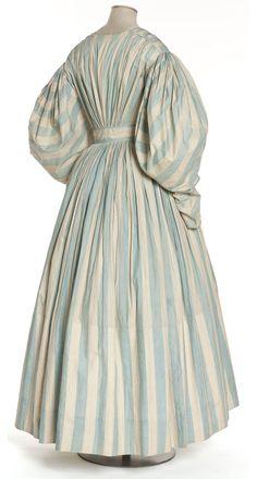 Robe, France, vers 1830-1835  Linon rayé, chiné   Coll. UFAC, achat, 1949   Inv. 49-32-30
