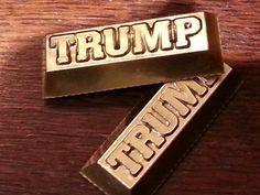 Donald Trump, parece que todo lo que toca se hace oro. Sus últimos souvenirs son pequeños lingotes de oro con su apellido en relieve