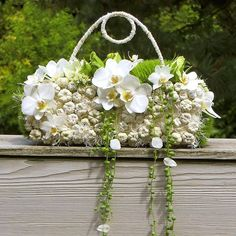 A stylish and refreshing alternative to the original bridal bouquet Created with… Art Floral, Deco Floral, Floral Bags, Floral Design, Floral Purses, Unique Flowers, Bridal Flowers, Beautiful Flowers, Ikebana