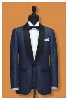 新郎衣装:デニムタキシード シャツ:ホワイトウイングカラー 蝶ネクタイ:ネイビー ポケットチーフ:ホワイトリネン ポイント:襟はタキシード風にショールカラーで拝絹(サテン地)乗せ 挙式後はジャケット、パンツ単品でもお使いできます。