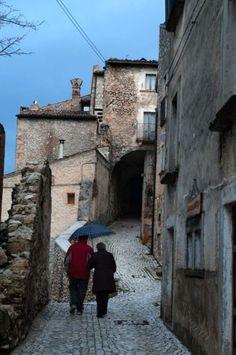 Fjellandsbyen Santo Stefano di Sessanio i Abruzzo er ikke bare perfekt bevart. Den er også et fascinerende eksempel på hvordan fraflyttingstruede landsbyer kan bevares. Europe, Italia