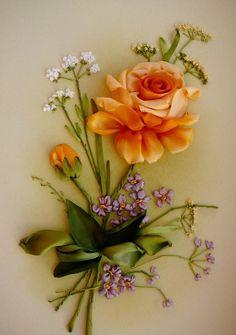 ARTE CON LAZOS: Estas flores están hechas con cintas o lazos.