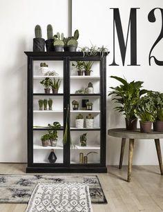 Zwart houten vitrinekast van Nordal shop je hier online. GRATIS verzending en een persoonlijke service.