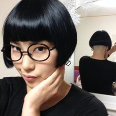 This look is totally cute. Messy Bob Hairstyles, Hairstyles With Glasses, Wedge Hairstyles, Short Bob Haircuts, Cool Haircuts, Diy Hairstyles, Pretty Hairstyles, Cut My Hair, Hair Cuts